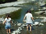 渓谷で水遊び