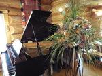 ピアノと花飾り