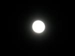 接近中の明るい月(満月)