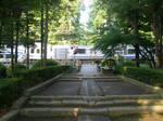 円覚寺参道、横須賀線が通り抜けています