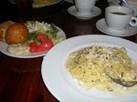 ブュッフェスタイルの前菜とパスタ