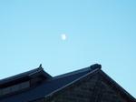 倉庫の屋根と十一屋の月