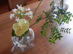 白花アガパンサスとアンスリウムの生け花