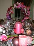 花のリースと薔薇色の食卓